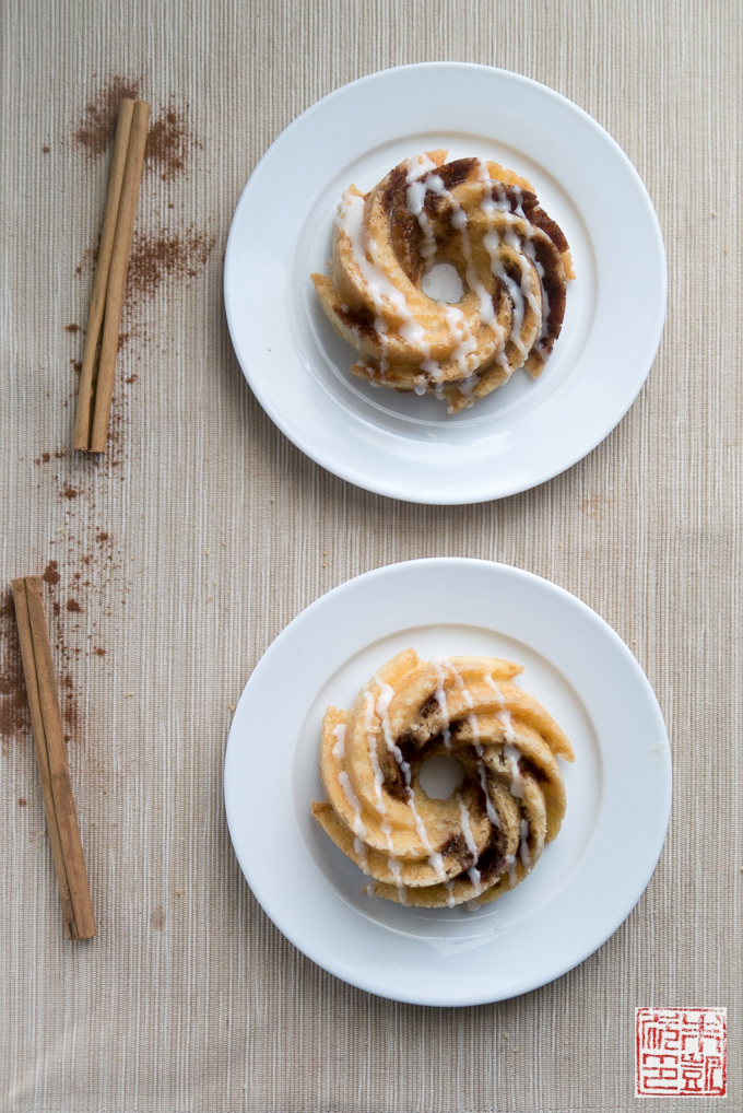 Cinnamon roll pound cakes