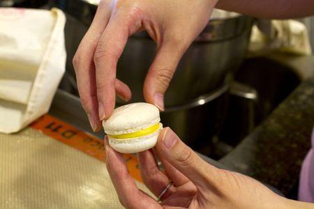 Assembling macarons